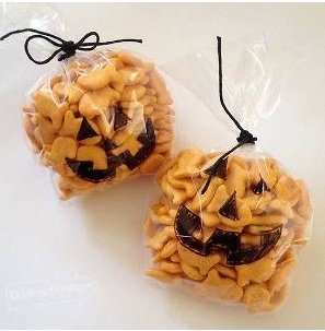 baggies filled with fish crackers with pumpkin face drawn on